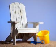 Adirondack Stühle auf Sand mit blauem Himmel Lizenzfreie Stockfotos