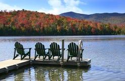 Adirondack Stühle auf See Lizenzfreie Stockfotografie