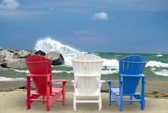 Adirondack-Stühle auf Strand Lizenzfreie Stockfotografie