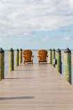 Adirondack-Stühle, die heraus zum Meer schauen Stockfotos