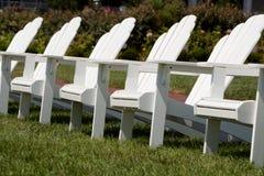 Adirondack Stühle in einem Garten Lizenzfreie Stockbilder