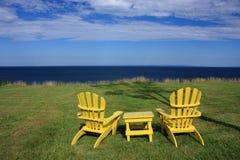 Adirondack Stühle mit Ozeanansicht Lizenzfreie Stockfotografie