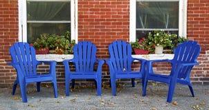 Adirondack-Stühle und Wand des roten Backsteins Dubuque Iowa Lizenzfreie Stockbilder