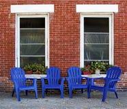 Adirondack-Stühle und Wand des roten Backsteins Dubuque Iowa Lizenzfreie Stockfotografie
