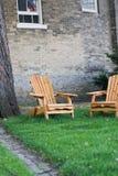 Adirondack Stühle vor altem Häuschen Lizenzfreies Stockfoto