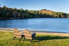 Adirondack-Stühle vor einem See Stockfotos