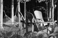 Adirondack stolar och hängmatta royaltyfri bild