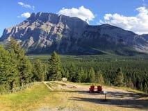 Adirondack stolar som förbiser monteringen Rundle från den Banff för tunnelbergsynvinkel nationalparken Alberta Canada, kanadensa Arkivbilder