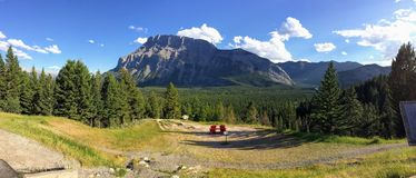 Adirondack stolar som förbiser monteringen Rundle från den Banff för tunnelbergsynvinkel nationalparken Alberta Canada, kanadensa Fotografering för Bildbyråer
