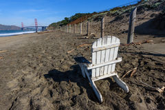 Adirondack-Stuhl auf dem Strand durch Golden gate bridge Stockfotografie
