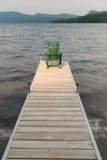 Adirondack-Stuhl auf einem hölzernen Dock. Stockfotos