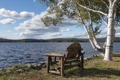 Adirondack-Stuhl auf Tupper See, New York Lizenzfreies Stockbild