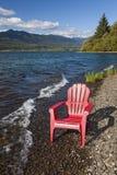 Adirondack-Stuhl durch See Lizenzfreies Stockfoto