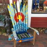Adirondack-Stuhl gemacht von benutzten Skis Lizenzfreie Stockfotografie
