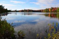 Adirondack-Teich reflektierende Herbstfarben Lizenzfreie Stockfotos