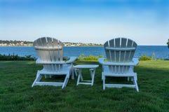 Adirondackstoelen die dichtbij de oceaan in Nieuwpoort, Rhode Isla ontspannen Stock Foto's