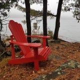 Adirondackstoelen op een mistige ochtend royalty-vrije stock afbeelding