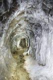 Adit minero abandonado con las capas del aragonite Imagenes de archivo