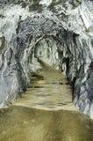 Adit minero abandonado con las capas del aragonite Foto de archivo