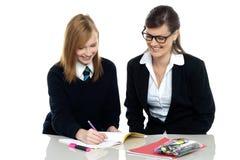 Adiunkt pomaga ucznia w pracie domowej Zdjęcie Royalty Free