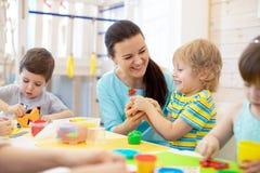 Adiunkt uczy dzieci handcraft przy dziecinem lub playschool obraz royalty free