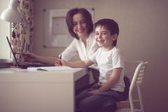 Adiunkt uczy preschooler z laptopem, reala dom Zdjęcie Stock