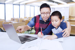 Adiunkta wytyczny męski uczeń uczyć się w klasie Zdjęcie Stock