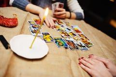 Adivinhação pelos cartões de tarô O caixeiro de fortuna prevê o f Imagens de Stock