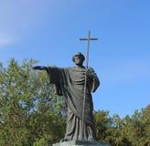 Adivino del St de la estatua en las manos de la cruz Fotografía de archivo libre de regalías