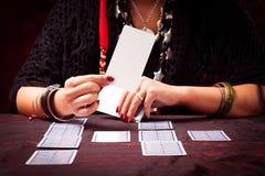 Adivino loco con las cartas de tarot Imagenes de archivo