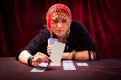 Adivino loco con las cartas de tarot Imagen de archivo libre de regalías
