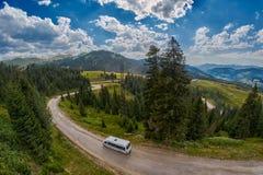 ADJARA, GRUZJA - 08 2017 SIERPIEŃ: Turystyczny autobus w górach Obraz Royalty Free