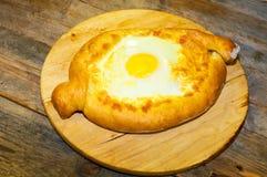 Adjara-khachapuri Brot auf einem Brettkäse und -ei Stockfoto