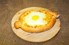 Adjara-khachapuri Brot mit Käse und Ei Stockbild