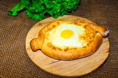 Adjara-khachapuri Brot mit Käse und Ei Lizenzfreies Stockbild