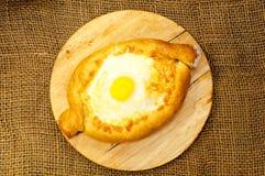Adjara-khachapuri Brot mit Käse und Ei Stockfotos