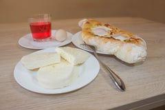 Adjarian, georgisches Nationalgericht Khachapuri-Brot mit Käse und Ei auf einer Platte in einem Café Stockfoto