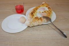 Adjarian-khachapuri auf a auf einer Platte Öffnen Sie Torte mit Käse in Form des Bootes Lizenzfreies Stockbild