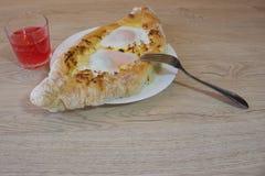 Adjarian-khachapuri auf a auf einer Platte Öffnen Sie Torte mit Käse in Form des Bootes Lizenzfreies Stockfoto
