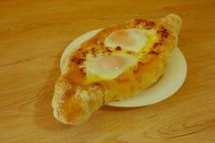 Adjarian-khachapuri auf a auf einer Platte Öffnen Sie Torte mit Käse in Lizenzfreies Stockfoto
