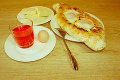 Adjarian-khachapuri auf a auf einer Platte Öffnen Sie Torte mit Käse in Stockfoto