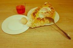 Adjarian-khachapuri auf a auf einer Platte Öffnen Sie Torte mit Käse in Stockfotografie