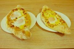 Adjarian-khachapuri mit Eiern auf dem Tisch Stockbilder