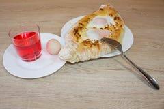 Adjarian-khachapuri mit Eiern auf dem Tisch Stockfoto