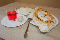 Adjarian-khachapuri Nahaufnahme Dieser traditionelle georgische Teller enthält brinsen Käse, Butter und Reihenei Lizenzfreie Stockfotos