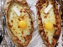Adjarian-khachapuri, offenes Brot angefüllt mit Käse und Eigelb Stockfotos