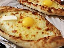 Adjarian-khachapuri, offenes Brot angefüllt mit Käse und Eigelb Stockfoto