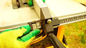 Adjunting las medidas en una sierra eléctrica almacen de metraje de vídeo