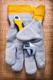 Adjustabe-Schlüssel und schützender Arbeitshandschuh an Stockfoto