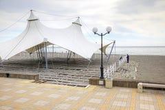 adler Bau des Sommercafés auf dem Ufer des Schwarzen Meers Lizenzfreies Stockbild